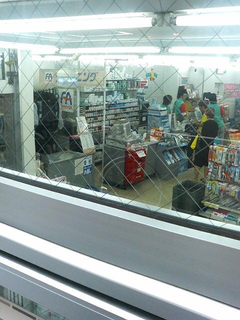 コンビニ内写真 :  : ローソン新宿三丁目駅前店内 : 東京都新宿区新宿二丁目13-10