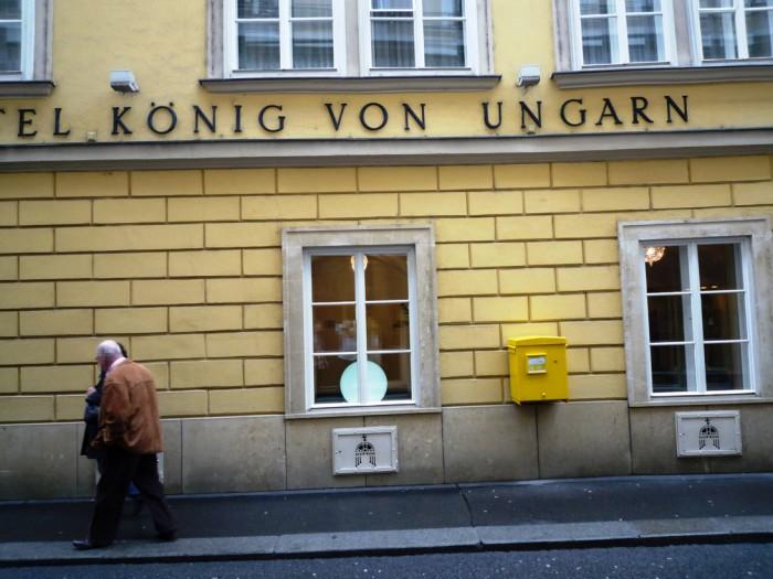 ホテル・ケーニッヒ・フォン・ウンガルン前ポスト2