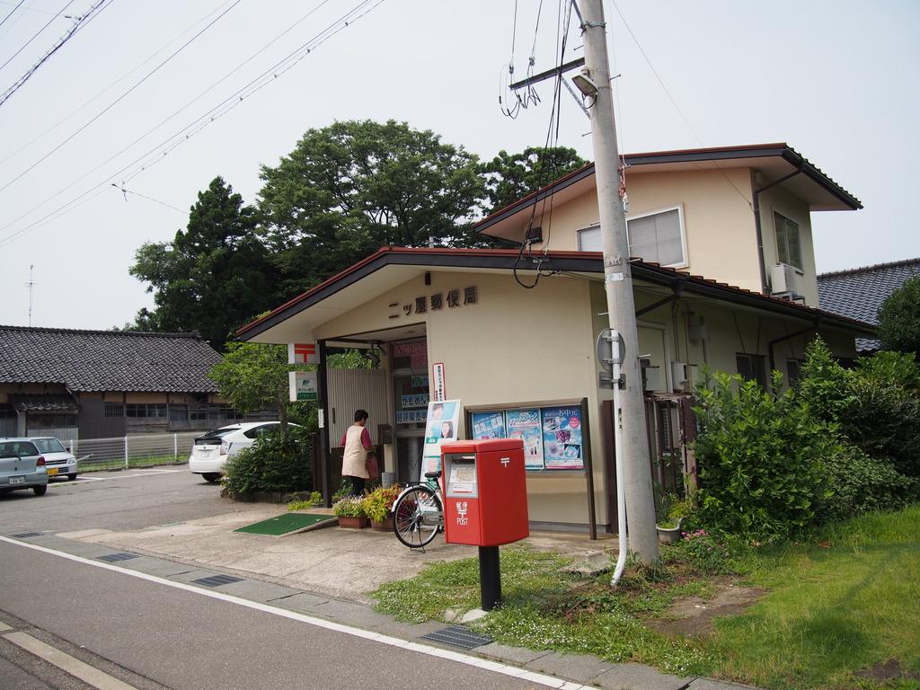 ポスト写真 : 二ツ屋 : 二ツ屋郵便局の前 : 石川県かほく市二ツ屋レ18-1