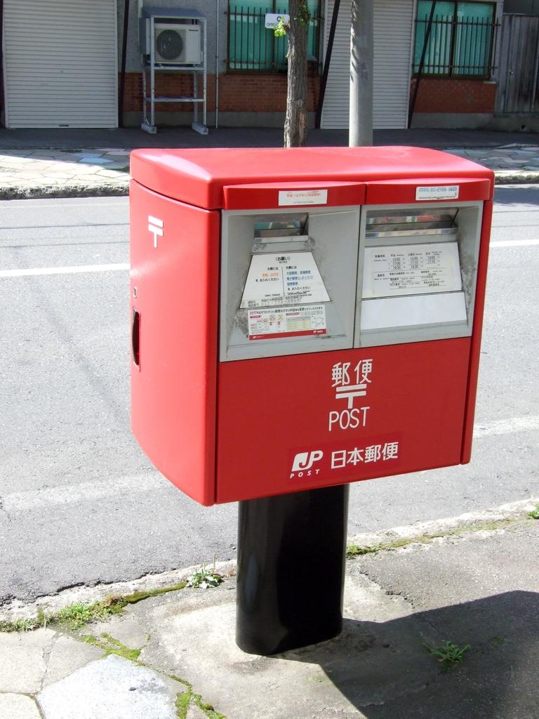 ポスト写真 : ポストの全景(2017年8月) : 青森新町郵便局の前 : 青森県青森市安方二丁目9-20