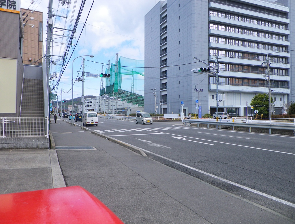 松山山越郵便局の前
