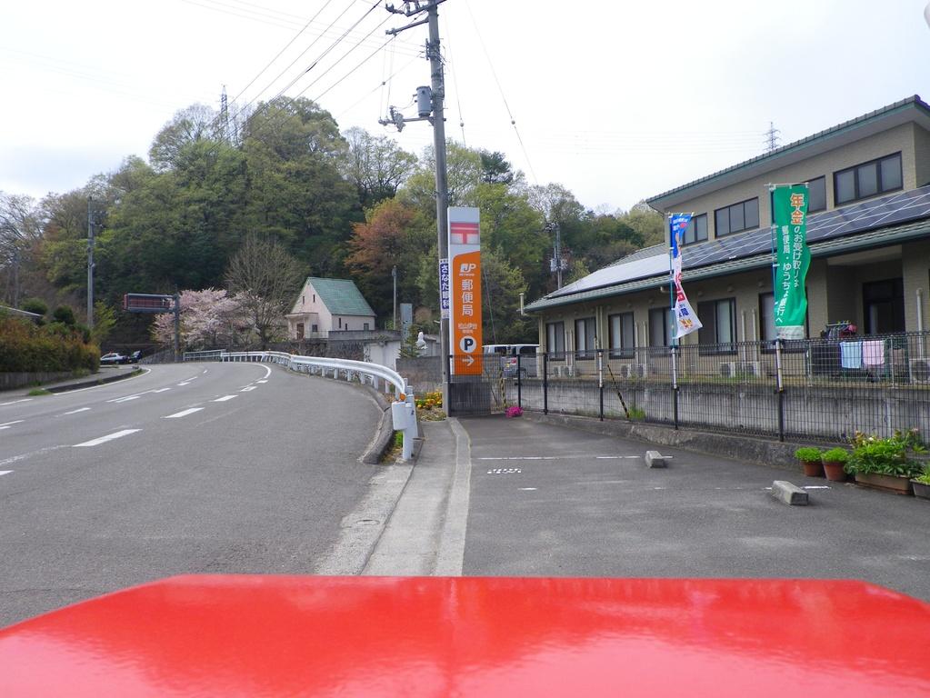 松山伊台郵便局の前