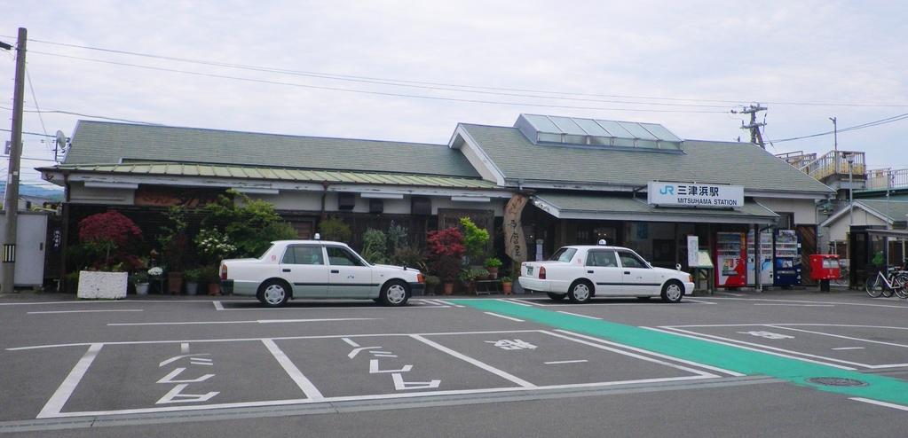 JR三津浜駅前